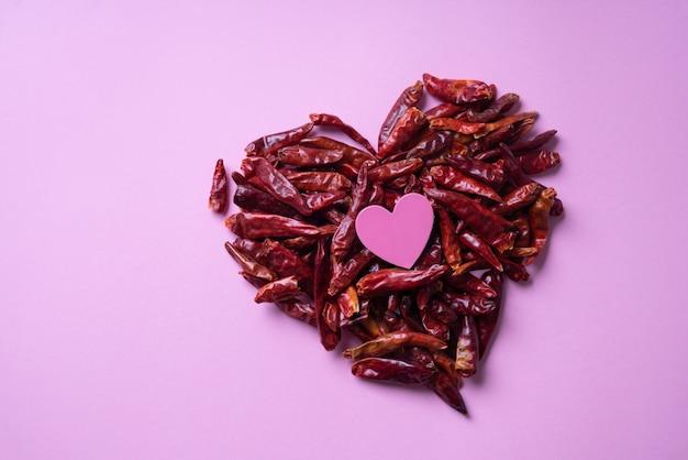 Coração feito de pimenta. conceito abstrato dos namorados. vista do topo. postura plana