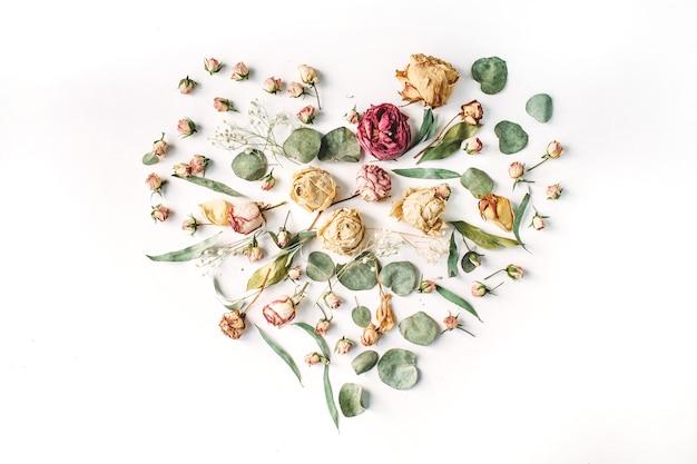 Coração feito de rosas bege e folhas verdes
