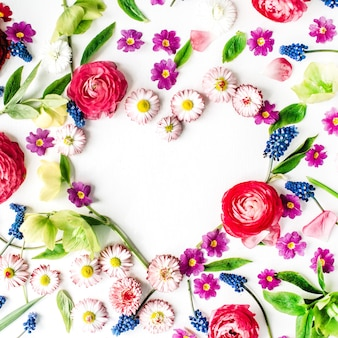 Coração feito de rosas, pétalas e botões