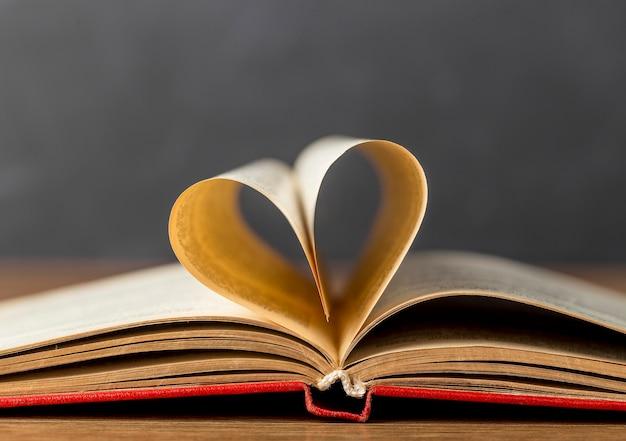 Coração feito de sortimento de folhas de livro