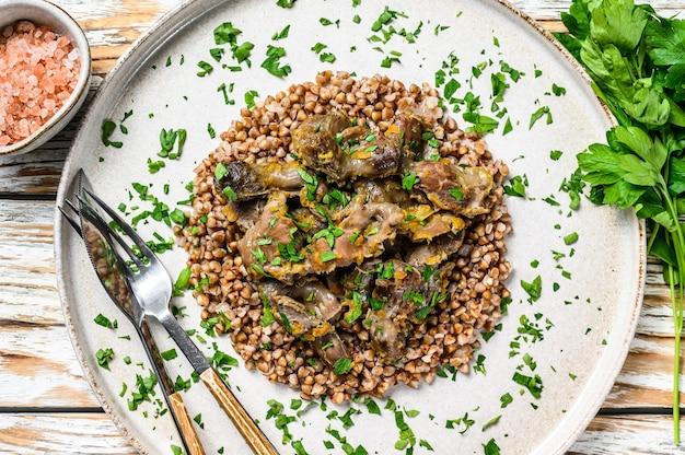 Coração, fígado e estômago de frango grelhados com trigo sarraceno em um prato