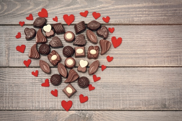 Coração grande cheio de bombons de chocolate