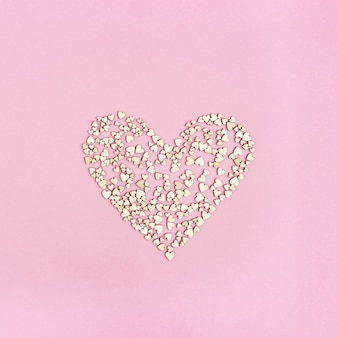 Coração grande está cheio de amor. muitos pequenos corações de madeira. cartão ou convite para cartões de casamento ou dia dos namorados.