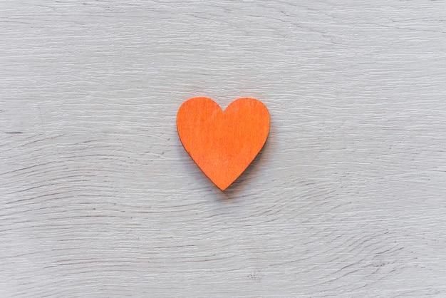 Coração laranja na mesa de madeira