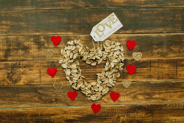 Coração marcado com pétalas secas
