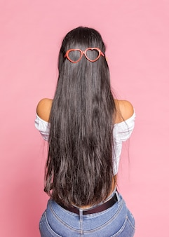 Coração molda óculos de sol e cabelos longos
