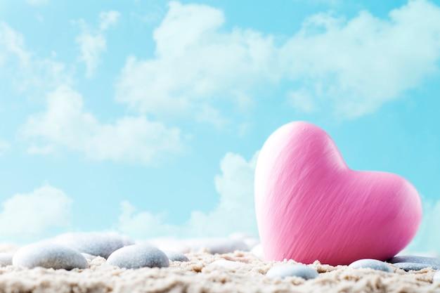 Coração na areia à beira-mar.