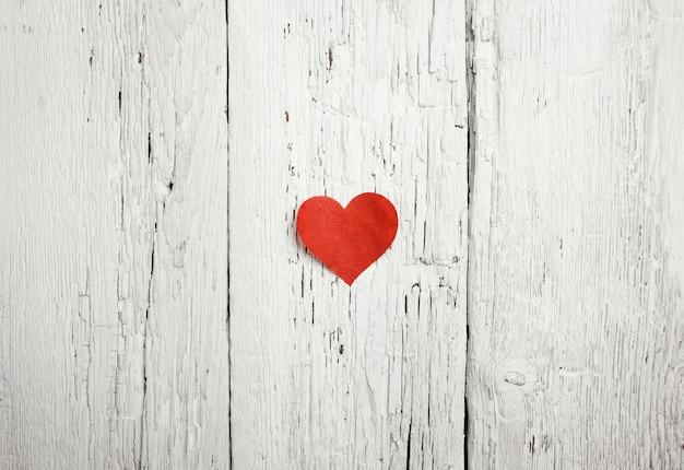 Coração na superfície de madeira branca