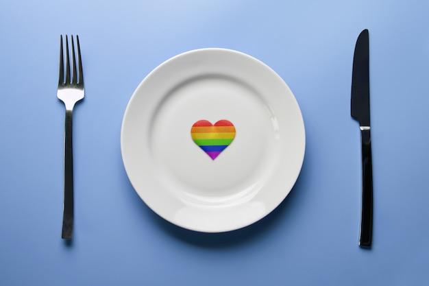 Coração nas cores da bandeira lgbt em um prato