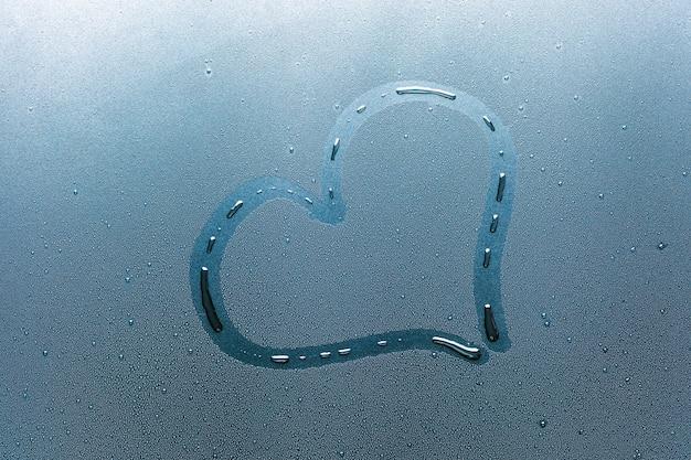Coração no copo e gotas de água.