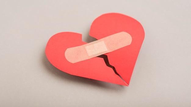 Coração partido de alto ângulo com curativo