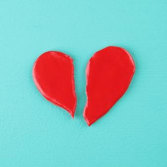 Coração partido em uma textura de madeira