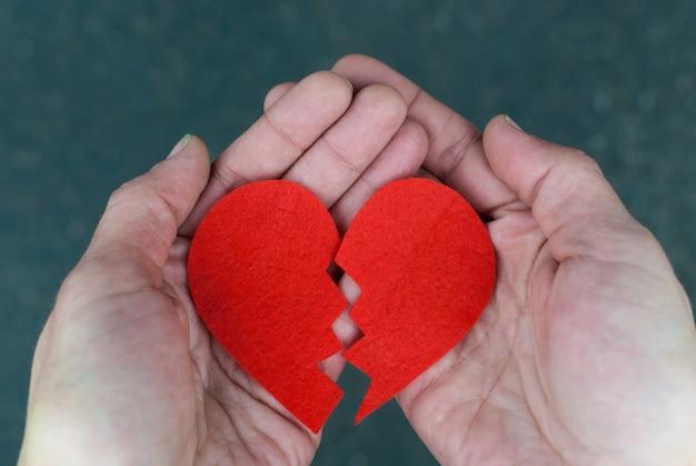 Coração partido nas mãos