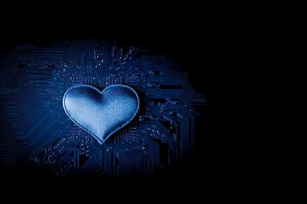 Coração pequeno na placa de circuito de computador.