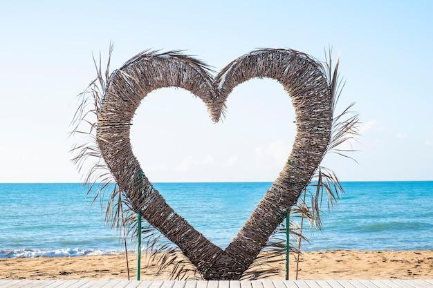 Coração perto do mar. conceito de verão