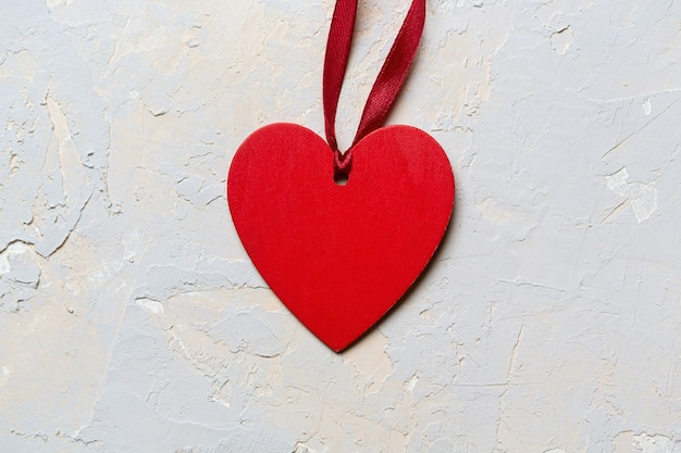 Coração pintado de vermelho com fita, cartão minimalista do dia de são valentim