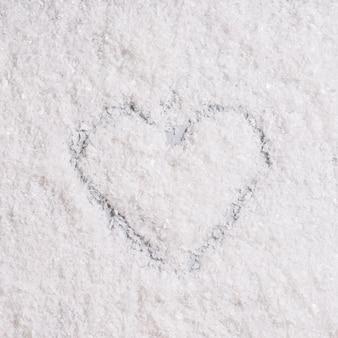 Coração pintado na neve