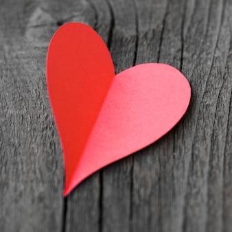 Coração plana leiga vermelha na mesa