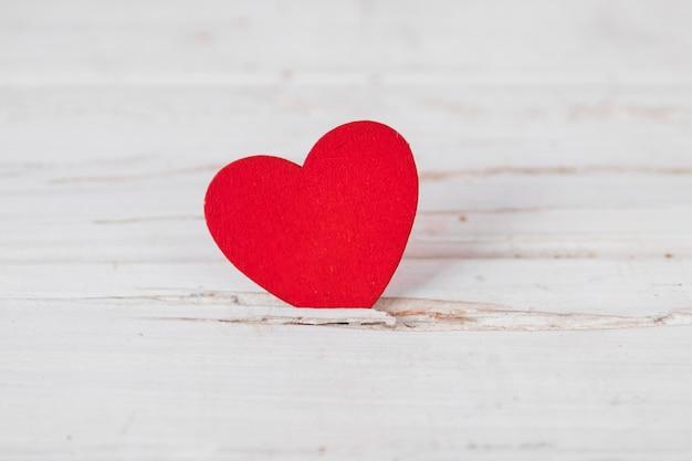 Coração preso em mesa branca