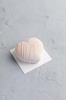 Coração rosa em forma de bolo para dia dos namorados ou dia das mães em fundo de madeira.