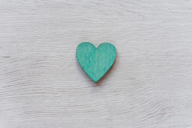 Coração verde na mesa de madeira