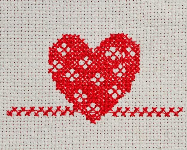 Coração vermelho bordado em ponto de cruz na lona
