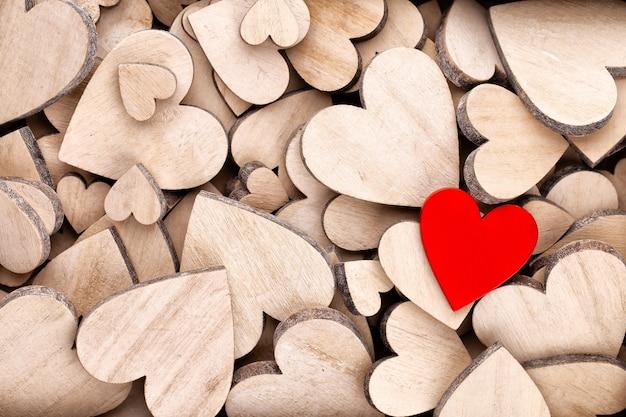 Coração vermelho, cartão de dia dos namorados. fundo de corações de madeira.