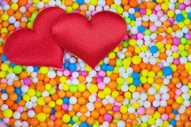 Coração vermelho com contas de espuma multicoloridas