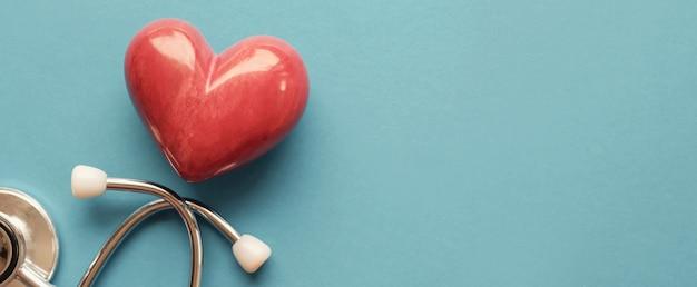 Coração vermelho com estetoscópio, saúde do coração, conceito de seguro de saúde, dia mundial do coração, dia mundial da saúde