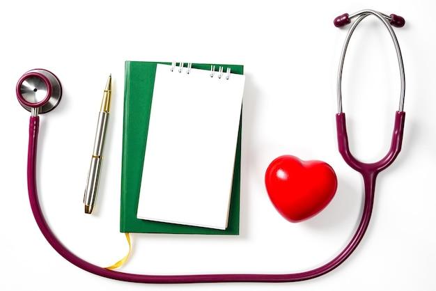 Coração vermelho com estetoscópio sobre fundo branco conceito do dia da saúde do conceptworld da saúde.