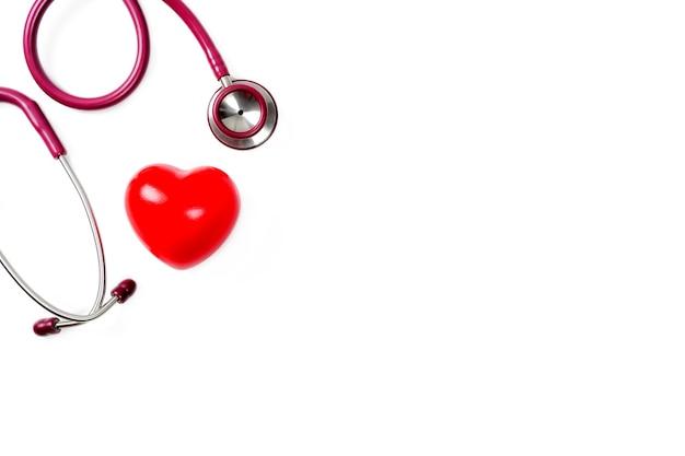 Coração vermelho com estetoscópio sobre fundo branco foco seletivo saúde e conceito médico