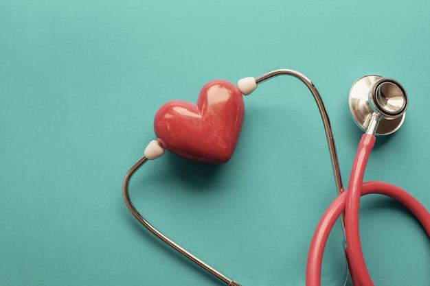 Coração vermelho com estetoscópio