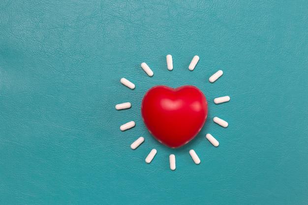 Coração vermelho com fundo de comprimidos