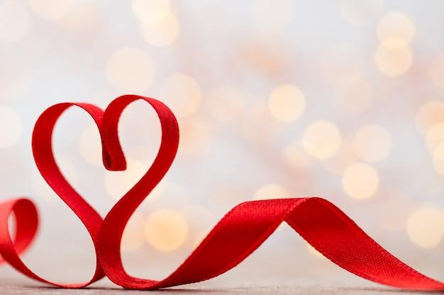 Coração vermelho de fita. plano de fundo dia dos namorados.
