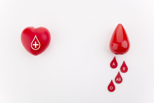 Coração vermelho e gotas de sangue