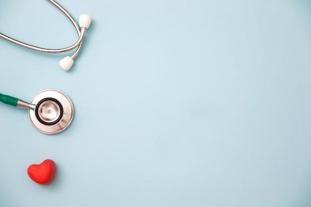 Coração vermelho e um estetoscópio