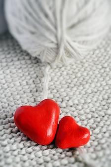 Coração vermelho e uma bola de tópicos sobre um fundo de malha