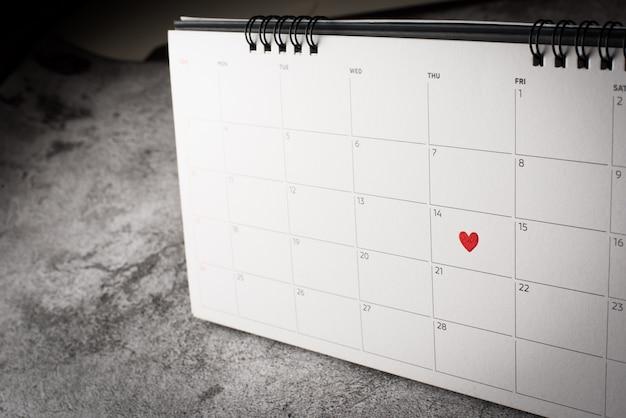 Coração vermelho em 14 de fevereiro no calendário, conceito de dia dos namorados