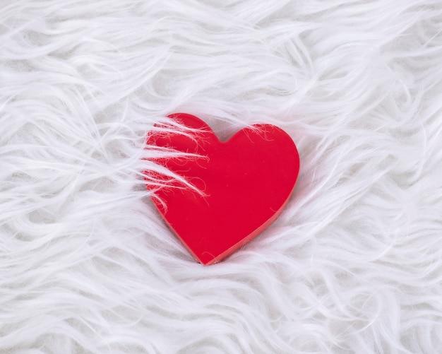 Coração vermelho em cabelos brancos
