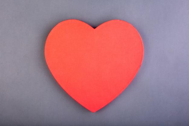 Coração vermelho em cinza