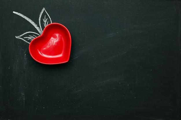 Coração vermelho em forma de morango, quadro-negro revestido com espaço de cópia