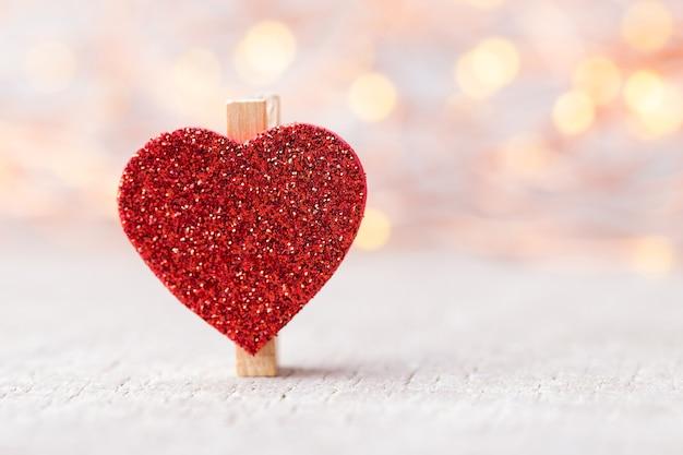 Coração vermelho em luzes de bokeh