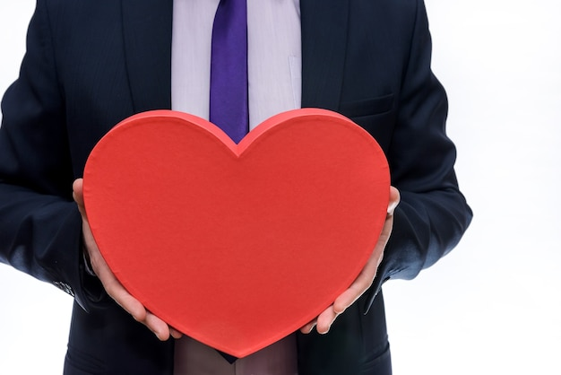 Coração vermelho em mãos masculinas close-up