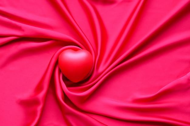 Coração vermelho em têxteis - plano de fundo do dia dos namorados, tecido de seda vermelho do coração dos namorados, casamento com amor