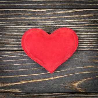 Coração vermelho em uma superfície de madeira velha
