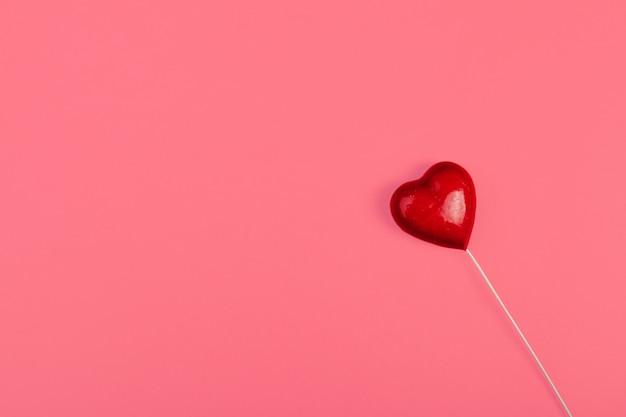 Coração vermelho na cor, conceito mínimo,