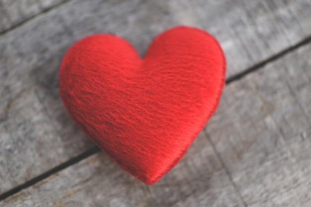 Coração vermelho na mesa de madeira velha