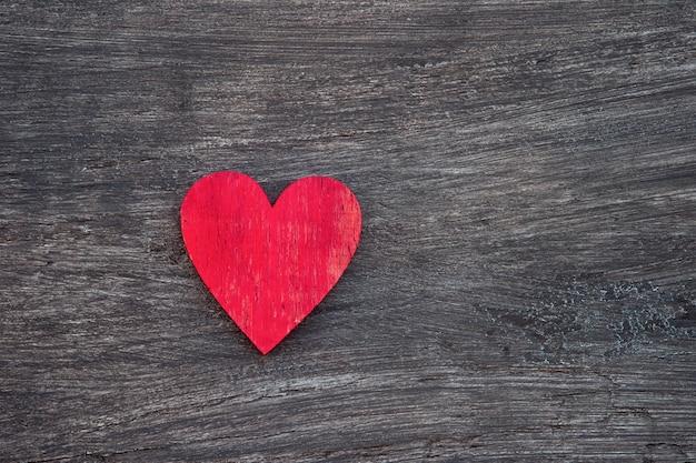 Coração vermelho na mesa de madeira