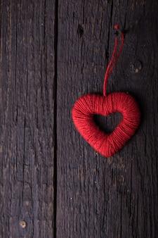 Coração vermelho na parede de madeira