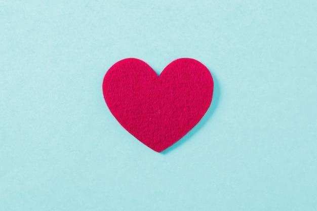 Coração vermelho na superfície azul